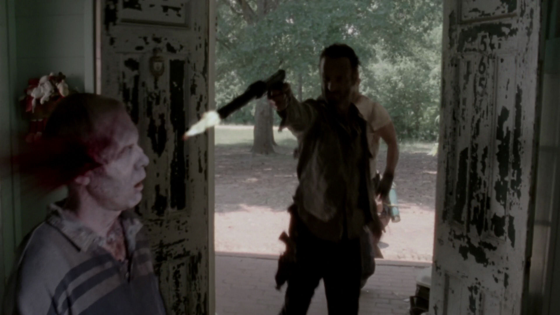 As the world grows more dangerous and Lori's pregnancy advances, Rick locates a potentially safe haven.